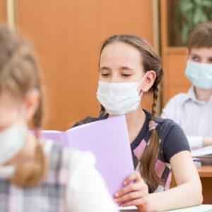 Schüler im Unterricht mit Mund-Nase-Schutz